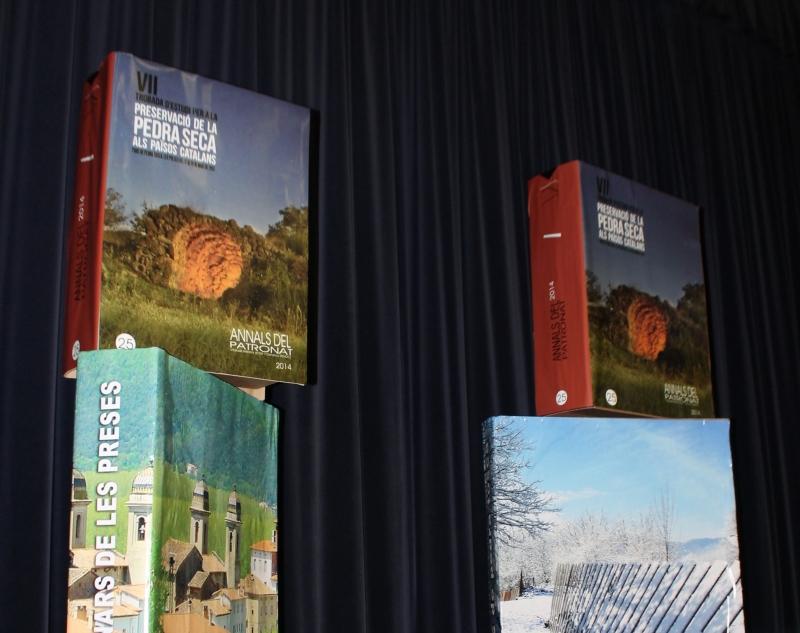 Escenari amb reproduccions en gran format del volum presentat i d'altres llibres relacionats amb Les Preses