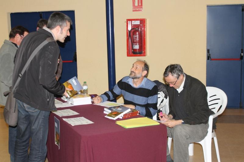 Jordi Espadalé i Antoni Agustí, tresorer i vicepresident del PEHOC venent exemplars del nou volum dels Annals.